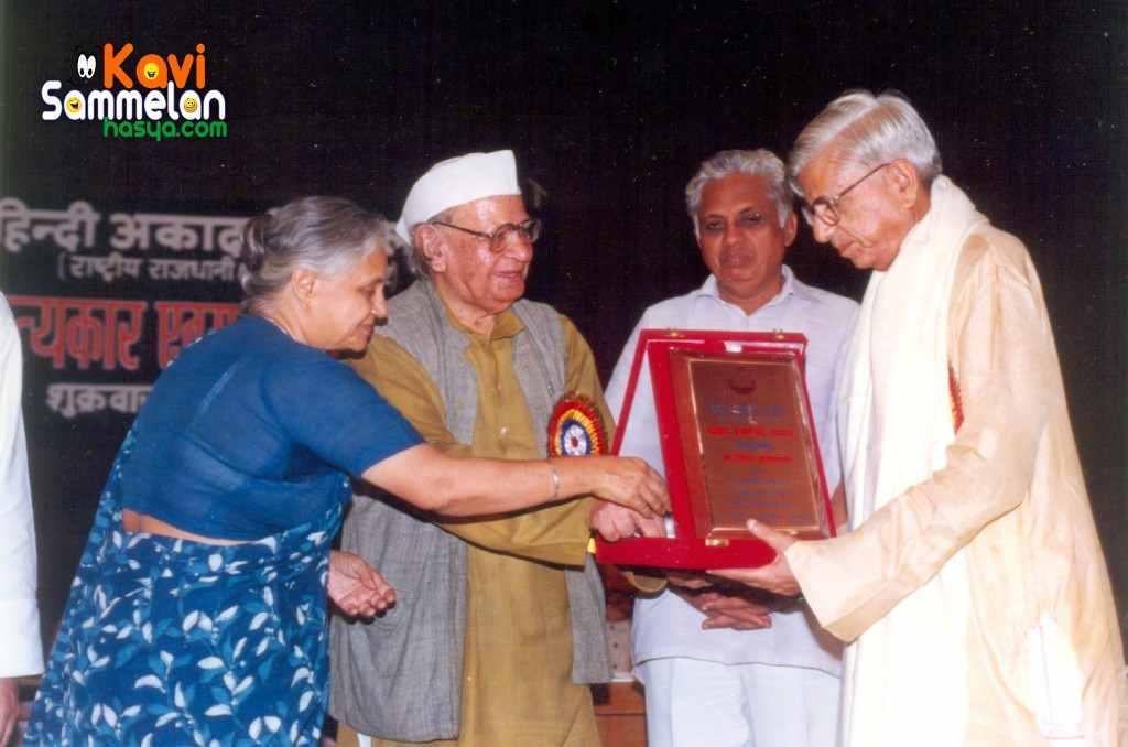 Gemini Haryanvi receiving award from Hon'ble Chief Minister of Delhi Mrs. Shiela Deekshit